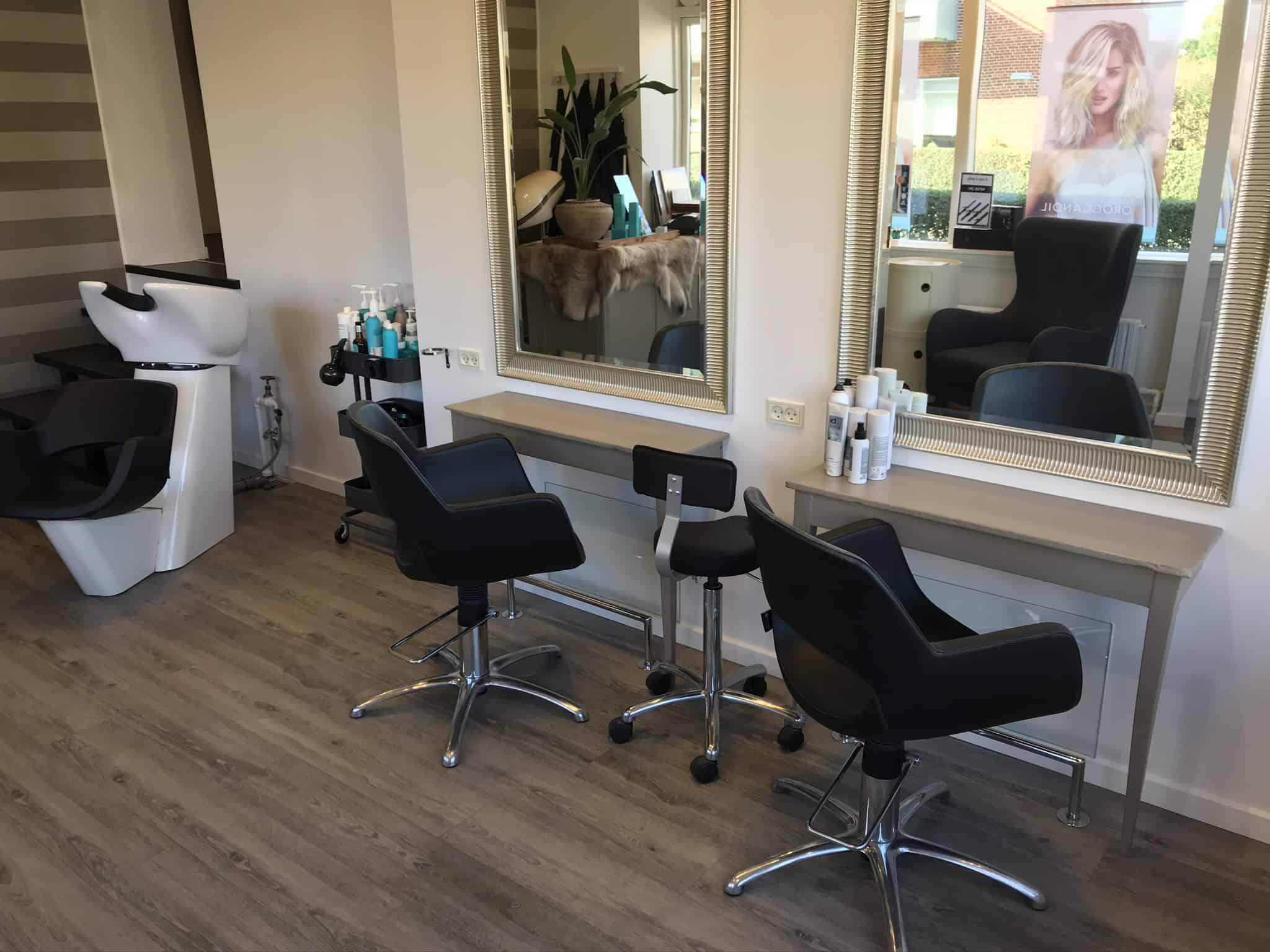 Siddepladserne i frisørsalonen